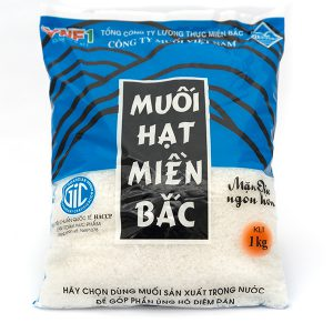 Sản phẩm cao cấp muối biển sạch VISALCO Muối hạt miền bắc 1kg  Được sản xuất bằng công nghệ sạch, cô đặc lọc nước biển bằng cát và năng lượng mặt trời.  Là công nghệ độc đáo duy nhất chỉ có ở miền Bắc Việt Nam Muối miền Bắc có vị mặn dịu, ngon thuần khiết đặc trưng không mặn gắt, rất rễ hòa tan khi chế biến.