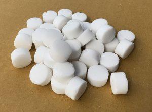 Hóa chất công nghiệp muối NACL dùng trong quá trình hoàn nguyên cation trong dây chuyền sản xuất có nồi hơi. Sản phẩm được ứng dụng trong xử lý làm mềm nước, công nghệ thực phẩm. Có nhiều loại, đa dạng mẫu mã,dạng viên,dạng hột,dạng bột, nồng độ tinh khiết hơn muối thường 50% hiệu quả cho việc xử lí làm mềm nước, thường được sử dụng đặc biệt trong nồi hơi. Độ tinh khiết: >99%